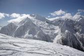 Горный пейзаж с лыжными трассами — Стоковое фото