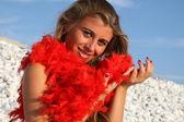 Красивая девушка с красным боа из перьев — Стоковое фото