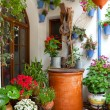 Courtyard with Flowers decorated and Old Well - Cordoba Patio Fe — Stock Photo