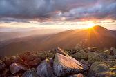 Puesta del sol majestuosa en el paisaje de las montañas. cielo dramático y col — Foto de Stock