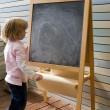 söt unga kaukasiska boy skriver på en svart tavla — Stockfoto