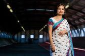 Attraktiva indisk lady i traditionell dräkt — Stockfoto