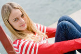 Chica rubia muy relajante por el agua — Foto de Stock