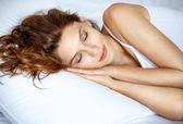 Slapende vrouw in bed — Stockfoto