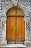 Dřevěné dveře. ischitella. puglia. itálie. — Stock fotografie