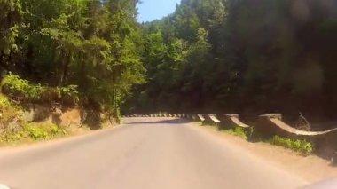 Traversant les beau terrein montagneuse au cours de la saison estivale. — Vidéo