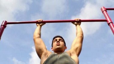 Athlete pulls on the bar. Pull ups — Stock Video