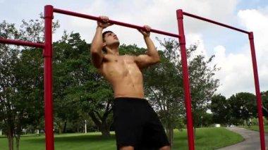 Beau mec athlétique tire sur la barre. pull ups — Vidéo