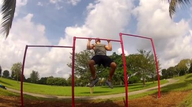 Athlete pulls on the bar. Pullups — Vídeo de Stock