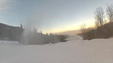 сноубордист едет вниз железнодорожных — Стоковое видео