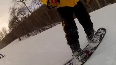 Snowboarding on fresh snow — Stock Video