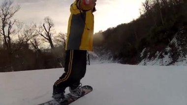 Snowboarding on fresh snow — Stock Video