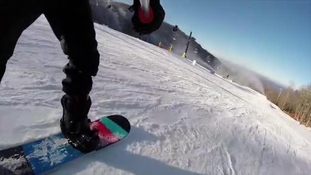 Snowboard en nieve fresca — Vídeo de stock