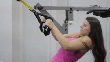 Frisk vacker kvinna gör reverse push ups på gymmet — Stockvideo
