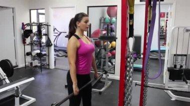 Levantamento pesos mulher jovem e bonita — Vídeo Stock