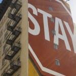 Zeichen, die auf Gebäude gemalt zu bleiben — Stockfoto