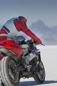 An unidentified driver holding his super bike during the World of Speed at Bonneville Salt Flats — Foto Stock