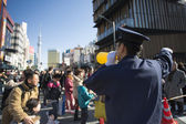 Police man conducting thousand of to the the Asakusa Kann — Stock Photo