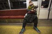 Niezidentyfikowane moda mężczyzna śpi w tokio metra — Zdjęcie stockowe