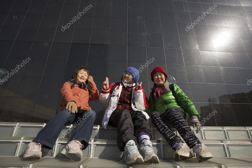 TOKYO, JAPAN - JANUARY 3, 2013: Unidentified sitting and smilling to the camera.  Zdjcie stockowe #19018137