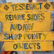señal amarilla madera para quitar los zapatos — Foto de Stock