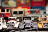 在市场中的旧玩具车 — 图库照片
