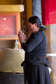 Woman praying in a Buddhist temple — Stock Photo