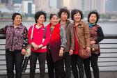Grupa kobiet smailling i podejmowane w zdjęcie — Zdjęcie stockowe