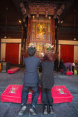 Two praying in a temple in Shanghai — Stock Photo