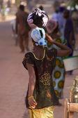 Woman walking in the busy street of Mopti — Stock Photo