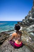 Dame in bikini mediteren op de kust-lijn — Stockfoto