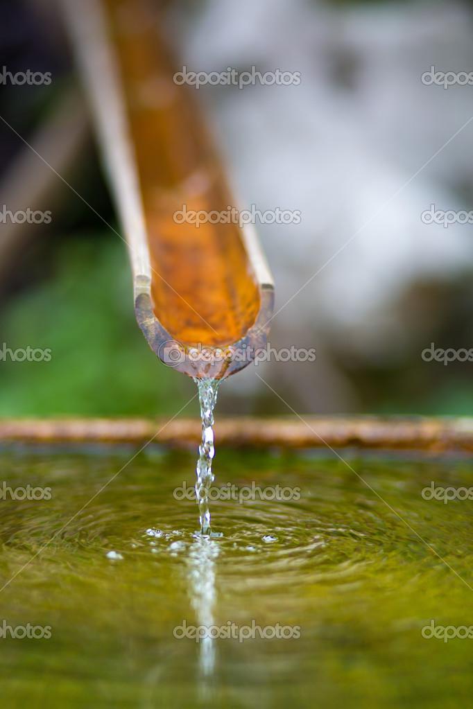 fontaine en bambou avec de l 39 eau dans un temple photographie piccaya 29472569. Black Bedroom Furniture Sets. Home Design Ideas