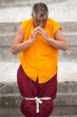 Tibetan monk praying at the Boudhanath Stupa — Stock Photo