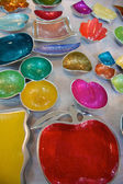Kleurrijke metalen gerechten, fair trade-producten in india — Stockfoto