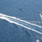twee kleine veerboten in de Egeïsche zee in santorini — Stockfoto