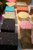 Pudełka na bizuterię kolorowe, produkty fair trade w indiach — Zdjęcie stockowe