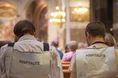 Parte traseira do voluntários em lourdes, a igreja de lourdes — Fotografia Stock