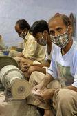 Mascarado artesãos trabalhando para tara, uma base de organização de comércio justo — Foto Stock
