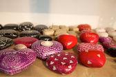 Kırmızı ve beyaz taşlar, adil ticaret ürünleri Hindistan kalbinde — Stok fotoğraf