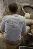 Artesão usando um volonteer t-shirt e trabalhar para tara, uma fa — Foto Stock