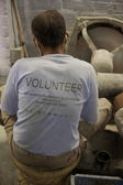 Craftsman wearing a volonteer t-shirt and working for Tara, a Fa — Foto Stock