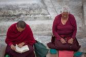 Tibetan women monk praying at the Boudhanath Stupa — Stock Photo