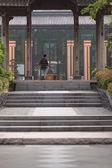 задней части человека, идущего на лестнице перед храм в hanghz — Стоковое фото