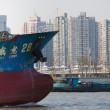 Massive transport boat on the the Huangpu River in Shanghai — Stockfoto