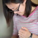 Frau Texting und spielen auf dem Handy — Stockfoto