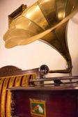 Stary gramofon złotego mosiądzu, jego głos mistrzów — Zdjęcie stockowe