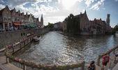 Personas que caminan a lo largo de los canales del ciudad antigua y famosa centr — Foto de Stock