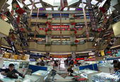 People at work in a huge Chinese electronic shopping mall in Sha — Stock Photo