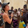 Occidental women interacting with African children in Mali — 图库照片