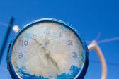 Gros plan de l'horloge bleue. — Photo